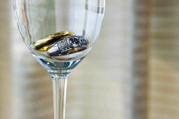 샴페인 글래스에 결혼 반지