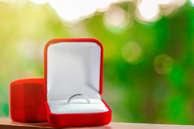 赤い箱の結婚指輪