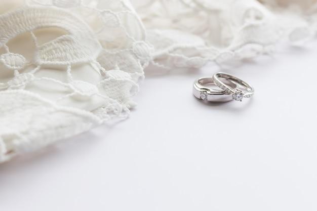 소프트 포커스와 배경에서 빛 위에 흰색 테이블에 결혼 반지