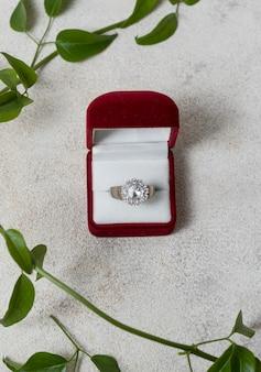 Vista dall'alto di disposizione delle piante e dell'anello di nozze