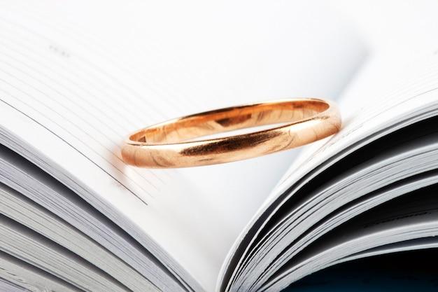 開いた本に結婚指輪をはめた