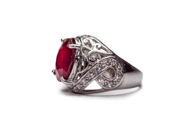 白い背景に結婚指輪ルビーの宝石