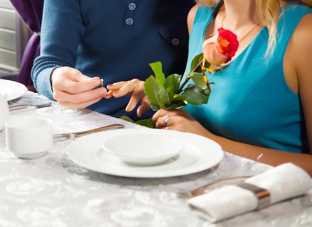 結婚指輪-結婚式の誓い。男の子、結婚のプロポーズをする男性
