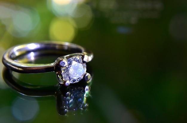 다이아몬드가 세팅된 결혼 반지 화이트골드
