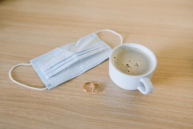 医療用フェイスマスク付き結婚指輪。コロナウイルスパンデミック時の離婚と結婚の分離。