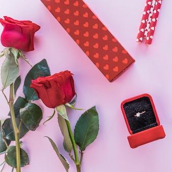テーブル上のギフトボックスと結婚指輪
