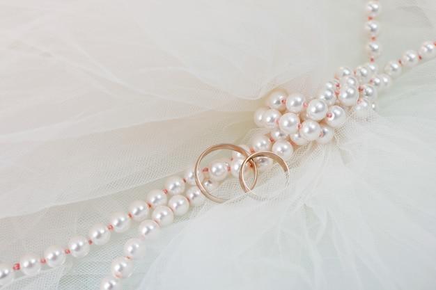 결혼 반지와 진주 목걸이