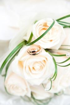 Обручальные кольца и букет крупным планом