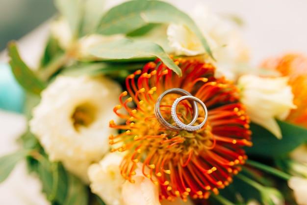 結婚指輪とプロテウス ベルデュア イタリアトルコギキョウの束