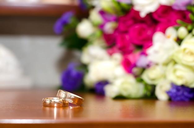 Обручальные кольца и красочный свадебный букет