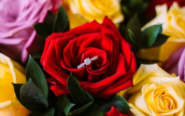 Обручальные кольца и цветы