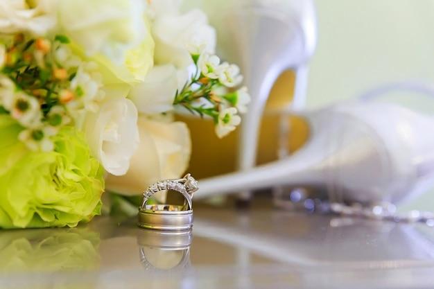 Обручальные кольца и сандалии на высоком каблуке