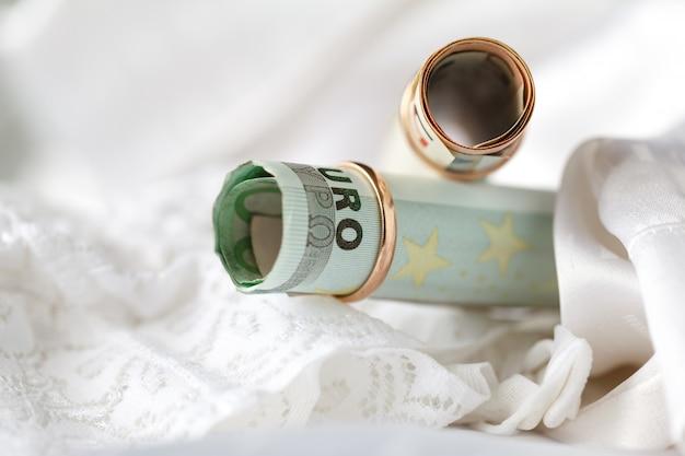 結婚指輪と白いブライダルランジェリーのお金