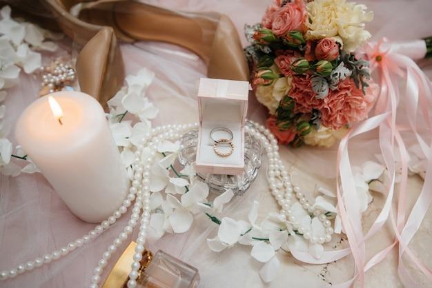 신부의 모임 중 결혼 반지 및 기타 액세서리 근접. 혼례.