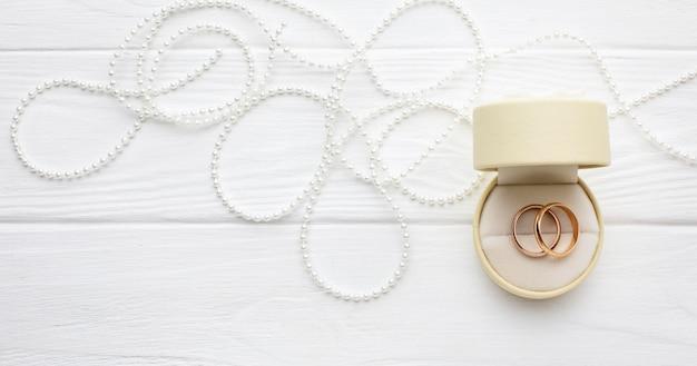 Обручальные кольца и колокольчики