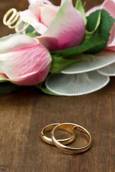 결혼 반지와 핑크 장미