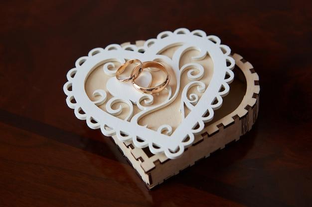 Обручальные кольца на коробке