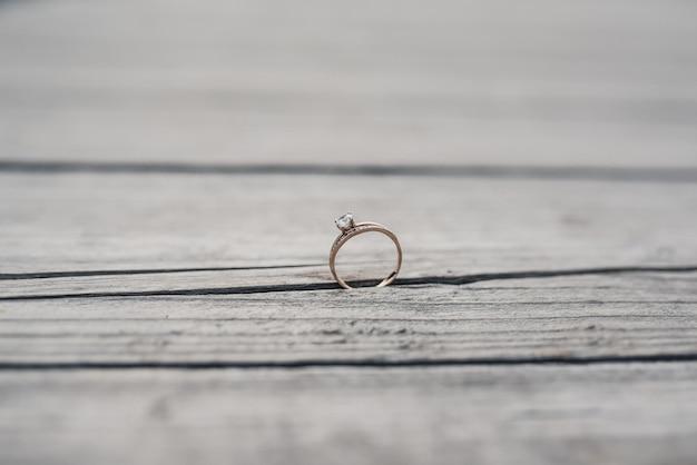 Обручальные кольца жениха и невесты на деревянных