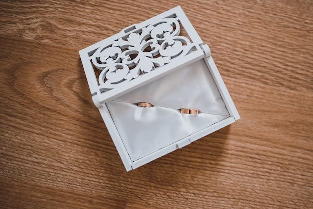 Обручальные кольца жениха и невесты