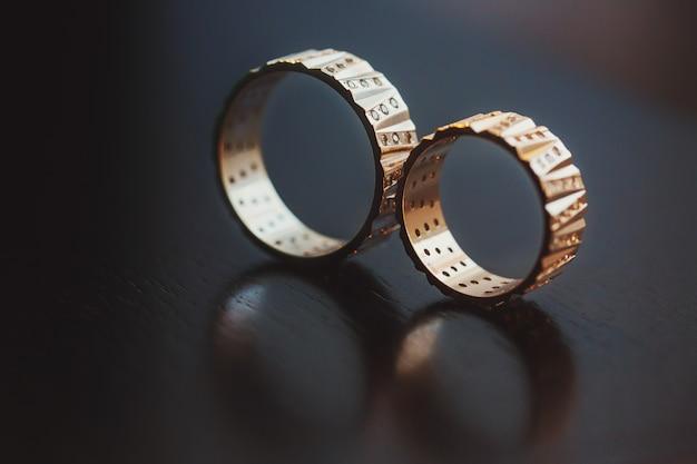 Обручальные кольца, захваченные отражением на поверхности