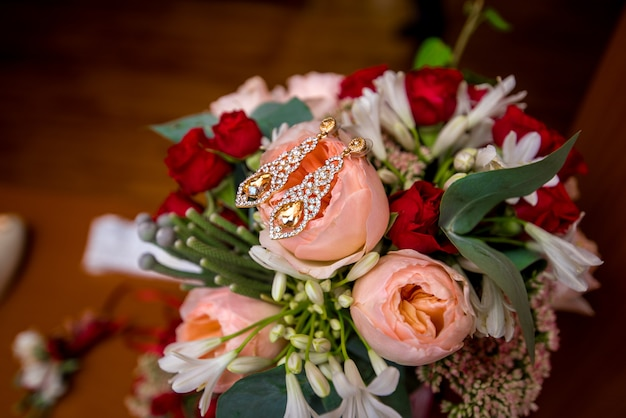 아름 다운 웨딩 부케에 결혼 반지 근접입니다. 웨딩 액세서리.