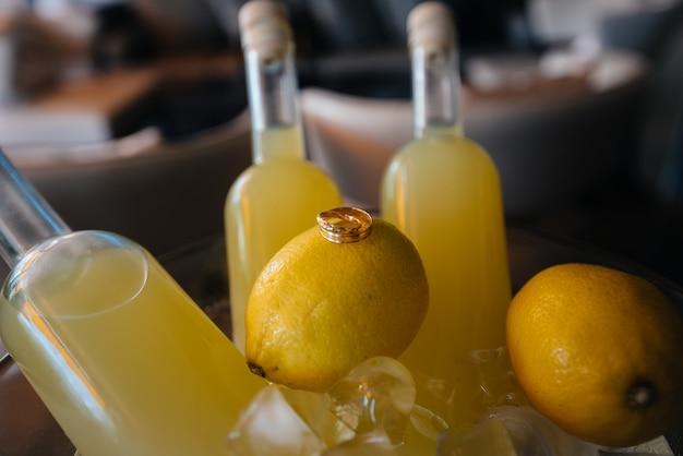 柑橘系の果物の結婚指輪のクローズアップ。