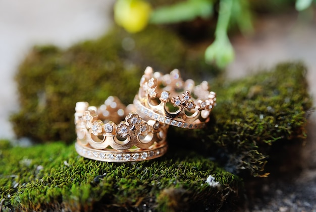 Wedding rings crown