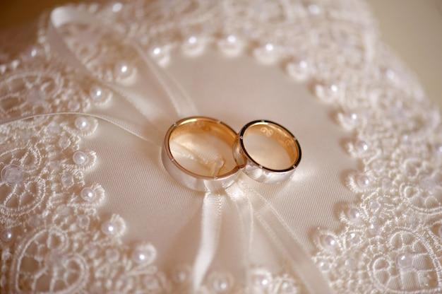 신부와 신랑의 약혼을위한 결혼 반지