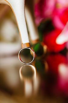 女性の靴の結婚指輪は花嫁の靴の結婚指輪のクローズアップ