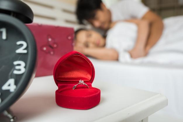 Обручальные кольца в коробке на кровати