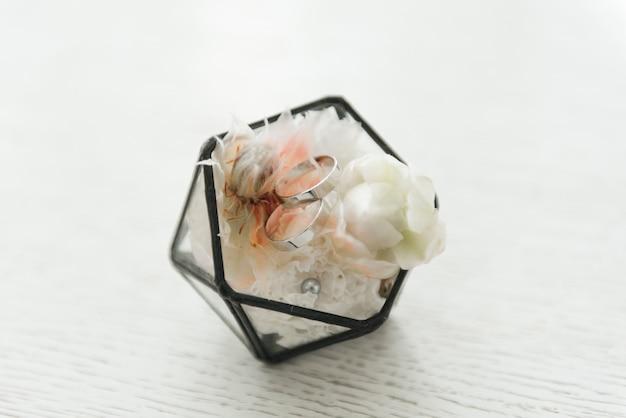 花、装飾、結婚式、セレクティブフォーカス、マクロの詳細とボックスの結婚指輪