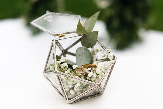 Обручальные кольца в коробке с цветами