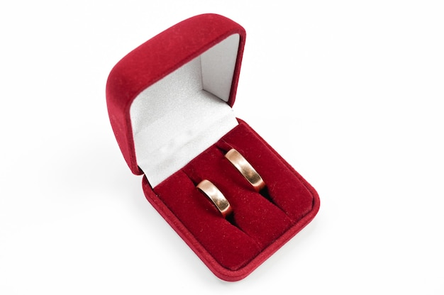 Обручальные кольца в шкатулке для драгоценностей, на изолированном белом фоне. фото высокого качества