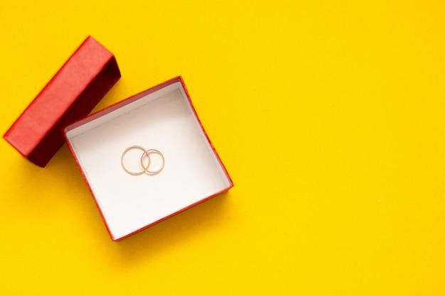 赤いボックスの結婚指輪。