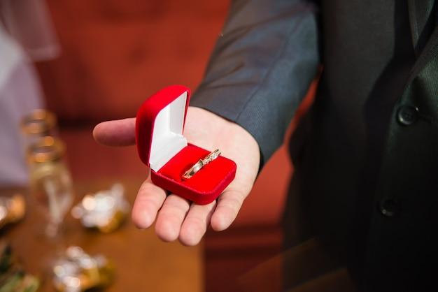 Обручальные кольца в красной бархатной шкатулке