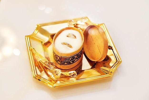 금 쟁반에 나무 상자에 결혼 반지
