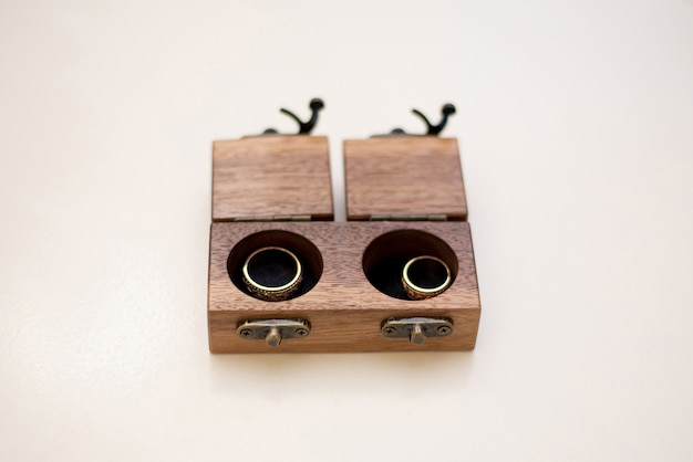 木製の箱の結婚指輪