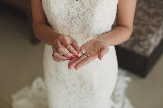 Обручальные кольца в руках невесты