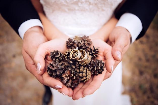手のひらの結婚指輪