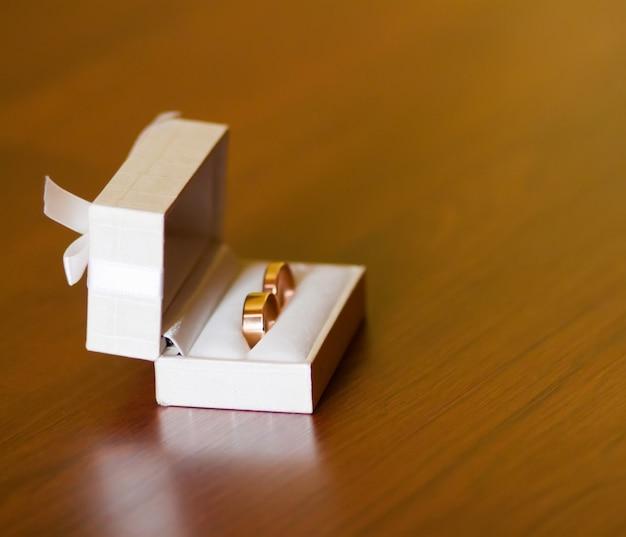 흰색 상자에 결혼 반지