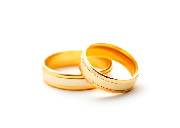 Обручальные кольца, изолированные на белом фоне