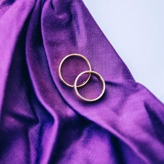 결혼 반지. 화이트 골드와 옐로우 골드 주얼리. 거울 표면에 결혼 반지입니다.