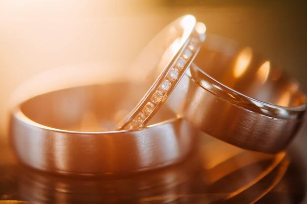 結婚指輪。ホワイトとイエローゴールドのジュエリー。鏡面の結婚指輪。