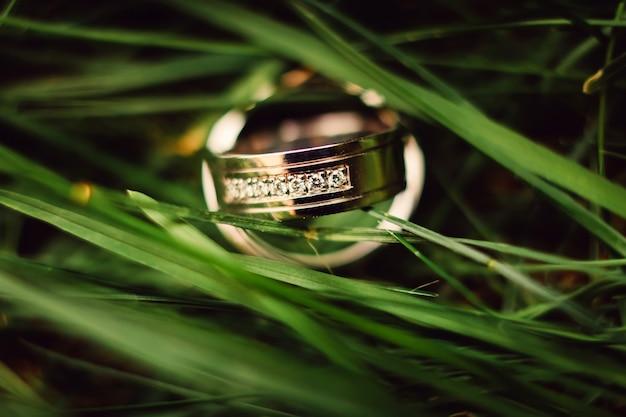 결혼 반지. 화이트와 옐로우 골드 쥬얼리. 그린 결혼 반지