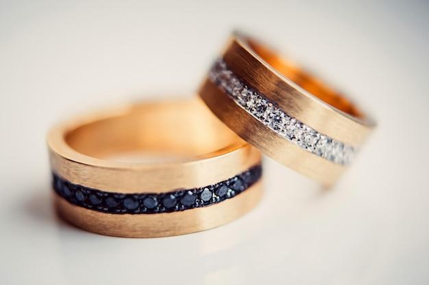 結婚指輪。ジュエリーホワイトとイエローゴールド。白の結婚指輪