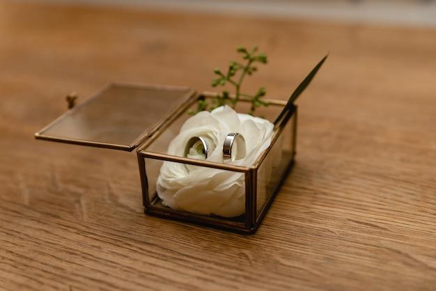 Обручальные кольца лежат в шкатулке для драгоценностей. декоративная коробка с кольцами.