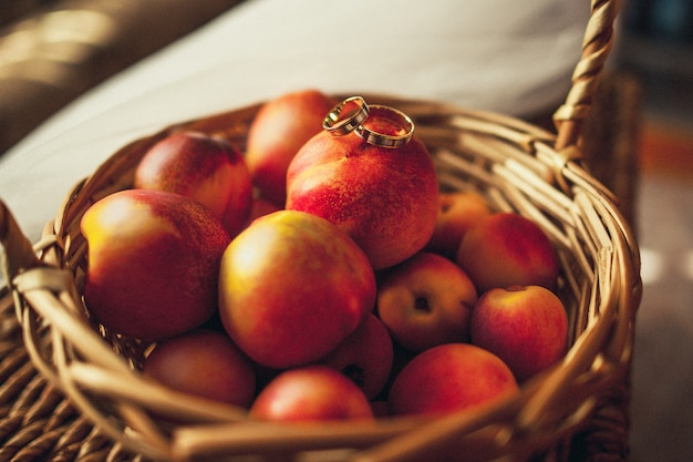 Обручальные кольца лежат на персиках