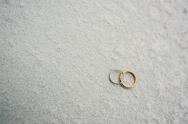 눈에 신혼 부부의 결혼 반지 약혼 골드 반지