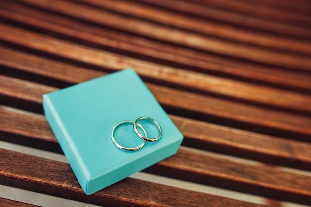 Обручальные кольца молодоженов в шкатулке золотые обручальные кольца