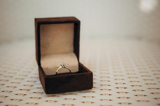 Обручальные кольца молодоженов в коробке
